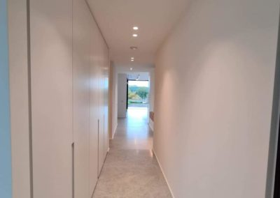 Luminaires dans un couloir